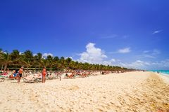 Mensen op het strand van Playacar bij Caraïbische Zee Royalty-vrije Stock Foto