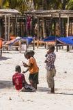 Mensen op het strand in Zanzibar royalty-vrije stock afbeeldingen