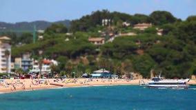 Mensen op het strand in zonnige dag stock videobeelden