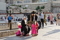 Mensen op het vierkant dichtbij de Westelijke Muur in Jeruzalem Royalty-vrije Stock Fotografie