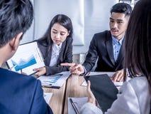 Mensen op het werk: commercieel team die een vergadering met team opleidings flipchart bureau hebben stock afbeelding