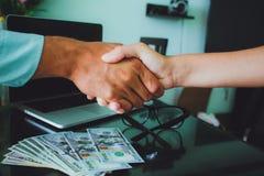 Mensen op het werk: man en vrouwenhand het schudden glazen, geld, overlapping Royalty-vrije Stock Foto
