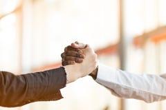 Mensen op het werk: man en vrouwenhand het schudden op een vergadering stock fotografie