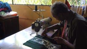 Mensen op het werk Textiel van de mensen de Naaiende Batik bij Fabriek, Sri Lanka - 10 Februari 2017 stock video