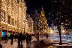 Mensen op Kerstmismarkt op Rode verfraaid Vierkant, en illumina Royalty-vrije Stock Afbeelding