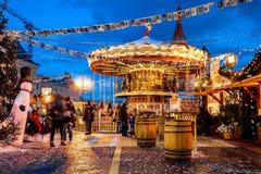 Mensen op Kerstmismarkt op Rood verfraaid Vierkant, Royalty-vrije Stock Afbeelding