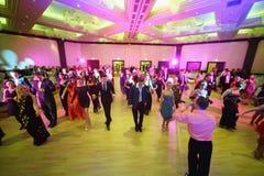Mensen op kostuumbal in club OnTheList Stock Fotografie