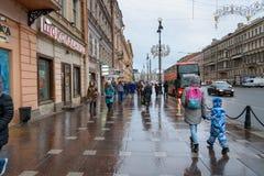 Mensen op Nevsky-Vooruitzicht in regenachtige Heilige Petersburg, Rusland Stock Fotografie