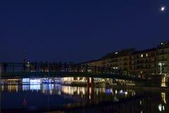 Mensen op nieuwe brug in herstelde Darsena, Milaan, Italië Royalty-vrije Stock Foto