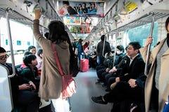 Mensen op openbare trein in Tokyo Japan | Spitsuurvervoer op 30 Maart, 2017 Stock Afbeelding