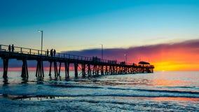 Mensen op pijler bij zonsondergang Stock Fotografie