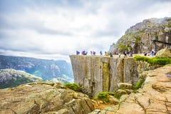 Mensen op Preikestolen, Noorwegen Royalty-vrije Stock Afbeeldingen