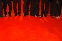 Mensen op rood tapijt Stock Afbeeldingen