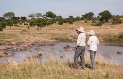 Mensen op safari in Tanzania, Mara River royalty-vrije stock afbeeldingen