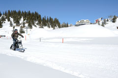Mensen op sneeuwscooter in Engelberg op de Zwitserse alpen Stock Foto's