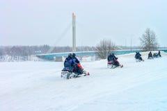 Mensen op Sneeuwscooters in de Winter Finland Lapland in Kerstmis royalty-vrije stock afbeeldingen