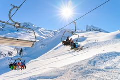 Mensen op Stoelliften bij Hintertux-de toevlucht Oostenrijk van de Gletsjerski royalty-vrije stock foto