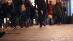 Mensen op stoep Overvol Zebrapad Het stadsleven avond benen asfalt stock videobeelden