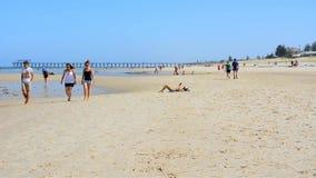 Mensen op strand stock videobeelden