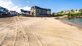 Mensen op strand heilige-Guirec van perros-Guirec Stock Foto