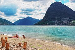 Mensen op Strand in Lugano in Ticino in Zwitserland Stock Afbeelding