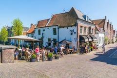 Mensen op terras van koffie in Naarden, Nederland Royalty-vrije Stock Foto's