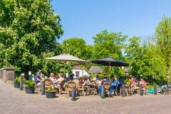 Mensen op terras van koffie in Naarden, Nederland Royalty-vrije Stock Afbeelding