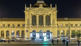 Mensen op Tomislav Square voor Hoofdstationnacht timelapse, hoofdhub van Kroatisch Spoorwegennetwerk stock video