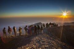 Mensen op tophill met zonneschijn Royalty-vrije Stock Foto