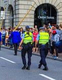 Mensen op Uraniastrasse-straat in Zürich op de Zwitserse Nationale Dag Stock Fotografie