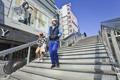 Mensen op voetbrug bij het commerciële gebied van Xidan, Peking, China Stock Foto
