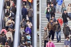 Mensen op voetbrug bij het commerciële gebied van Xidan, Peking, China Stock Foto's