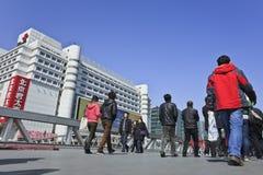 Mensen op voetbrug bij het commerciële gebied van Xidan, Peking, China Royalty-vrije Stock Foto