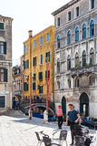 Mensen op waterkant Fondamenta Preti Castello Stock Afbeeldingen