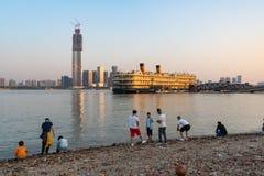 Mensen op Yangtze riverbank en de cruiseboot en Wuhan van Zhiyin Hao royalty-vrije stock foto's