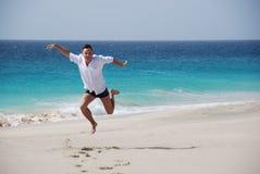 Mensen op zandig strand - blauwe oceaan Royalty-vrije Stock Foto's