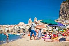 Mensen op zandig strand in Cefalu, Sicilië Royalty-vrije Stock Fotografie