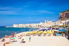 Mensen op zandig strand in Cefalu, Sicilië Royalty-vrije Stock Foto's
