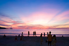 Mensen op zonsondergangstrand Royalty-vrije Stock Foto