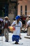 Mensen in Oud Havana, Cuba Stock Afbeeldingen