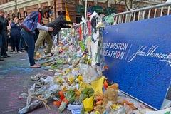 Mensen over de herdenkingsopstelling in Boston worden gegoten dat, Stock Foto's