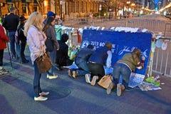 Mensen over de herdenkingsopstelling op Boylston worden gegoten die Royalty-vrije Stock Afbeeldingen
