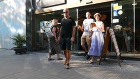 Mensen overvol dichtbij koffieingang, de levensstijl van Europa stock video