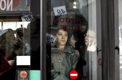 Mensen in overvolle bus Stock Foto