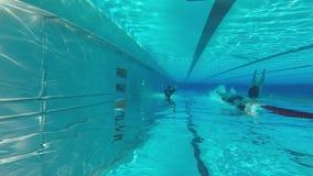 Mensen in Pool stock footage