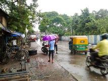 Mensen in regenachtige dag stock fotografie