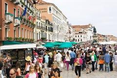 Mensen in Riva degli Schiavoni, Venetië Stock Afbeelding
