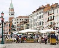 Mensen in Riva degli Schiavoni, Venetië Stock Foto's