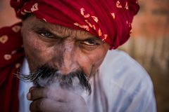 Mensen rokende waterpijp die rode tulband dragen royalty-vrije stock fotografie
