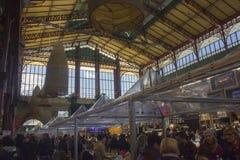 Mensen rond beroemde Mercato centrale in Florence Stock Foto